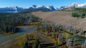 Réflexion des crêtes de montagne de l'Idaho avec l'exposition sur elles banque de vidéos