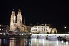 Réflexion des lumières de l'église de Grossmunster en rivière de Limmat, Zurich, Suisse Images libres de droits