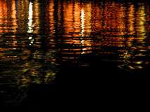 Réflexion des lumières sur l'eau - serie image libre de droits