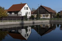 Réflexion des maisons de village dans l'eau Images libres de droits