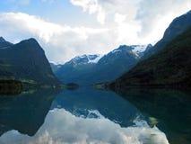 Réflexion des montagnes photo stock