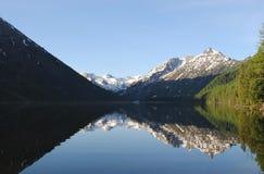 Réflexion des montagnes dans l'eau Photos stock