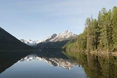 Réflexion des montagnes dans l'eau Image stock