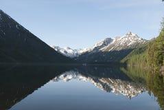 Réflexion des montagnes dans l'eau Images stock