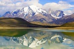 Réflexion des montagnes dans un lac Photo stock