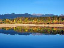 Réflexion des montagnes de Rohace pendant l'automne image stock