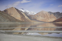 Réflexion des montagnes sur le lac Pangong avec le fond de ciel bleu Leh, Ladakh, Inde Photographie stock libre de droits