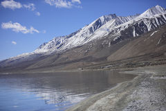 Réflexion des montagnes sur le lac Pangong avec le fond de ciel bleu Leh, Ladakh, Inde photo stock