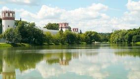 Réflexion des murs du couvent de Novodevichy dans l'étang banque de vidéos