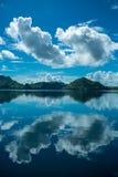 Réflexion des nuages photographie stock