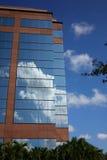 Réflexion des nuages sur l'immeuble de bureaux moderne Photos stock