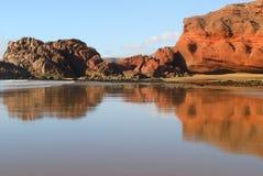 Réflexion des roches rouges Photo libre de droits