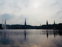 Réflexion des tours dans le lac Photo libre de droits