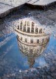 Réflexion du bâtiment de capitol à La Havane centrale, Cuba Photographie stock libre de droits