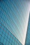 Réflexion du bâtiment sur le fond de vitraux photo libre de droits