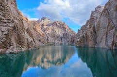 Réflexion du ciel et des roches en montagne de Kelsu Photo libre de droits