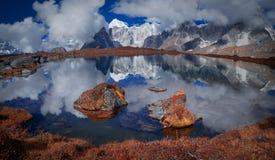 Réflexion du mont Everest Images stock