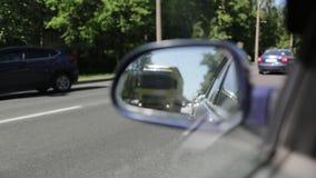 Réflexion du mouvement par le miroir de la vue de côté dans le mouvement lent de voiture banque de vidéos