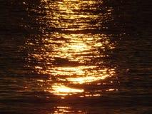 Réflexion du soleil au lever de soleil sur les vagues de la mer Images stock
