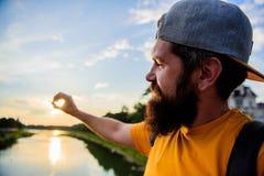 Réflexion du soleil de rivière Appréciez le moment agréable Le type devant le ciel bleu au temps de soirée admirent le paysage Mo photos stock