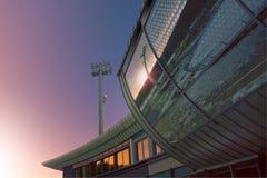 Réflexion du Soleil Levant dans le bâtiment en verre Image stock