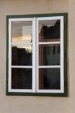 Réflexion en bois de crépuscule d'hublot Photo stock