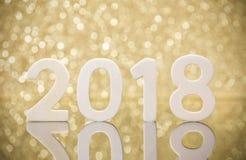 Réflexion en bois de nombres de la nouvelle année 2018 sur le verre Photo stock