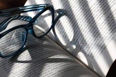 Réflexion A en verre de livre Images stock