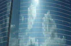 Réflexion en verre de nuage de bâtiment Images libres de droits