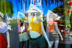Réflexion et affichage dans la fenêtre de boutique sur la rue de Duval à Key West la Floride Etats-Unis 7 28 2010 Photographie stock