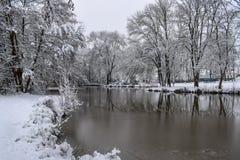 Réflexion gelée de lac dans la campagne française pendant la saison/hiver de Noël photo libre de droits