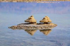 Réflexion haute étroite des formations de sel dans l'eau de la mer morte image libre de droits