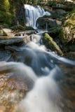Réflexion, l'eau extérieure de voyage de nature de l'Allemagne de cascade de skogafoss Images libres de droits