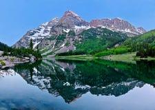 Réflexion marron de crêtes de Bells dans le lac crater Photo libre de droits