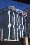 Réflexion moderne d'immeuble de bureaux Photo stock