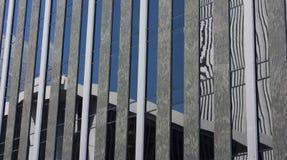 Réflexion moderne de construction photographie stock libre de droits