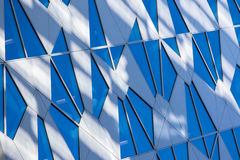 Réflexion modifiée la tonalité bleue de ciel dans la fenêtre de bâtiment avec le soleil et le le Image stock