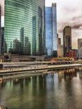 Réflexion multicolore de paysage urbain du ` s de Chicago sur une rivière Chicago de congélation en janvier Photographie stock
