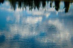 Réflexion paisible de ciel sur l'eau Image libre de droits