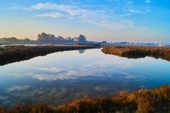 Réflexion parfaite de ciel au fabrique de sel Image stock