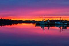 Réflexion pourpre renversante de coucher du soleil au port Photo stock