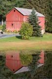 Réflexion rouge de grange photographie stock libre de droits