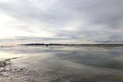 Réflexion sur des appartements de sel en Solar de Uyuni, Bolivie Photographie stock libre de droits