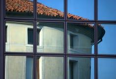 Réflexion sur des hublots de construction Photo stock