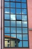 Réflexion sur des hublots de construction Photographie stock libre de droits