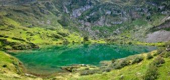 Réflexion sur l'étang de vert de l'eau d'espace libre de Cristal Images stock