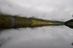 Réflexion sur la surface de lac Images libres de droits