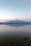 Réflexion verticale de montagne Fuji fujisan de la La de Kawaguchigo Photos libres de droits