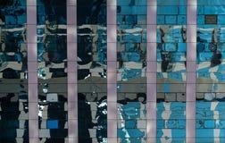 Réflexions abstraites dans les fenêtres du bâtiment Photographie stock libre de droits