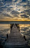 Réflexions aliénées de nuage au fjord de Vejle Photo stock